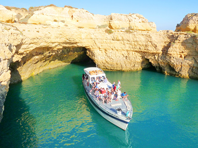 passeio de barco às grutas